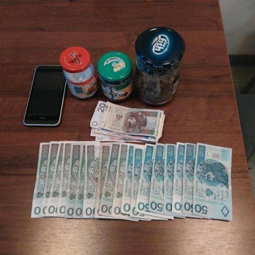 26-latek zatrzymany przez krakowskich policjantów usłyszał zarzut posiadania znacznych ilości narkotyków.